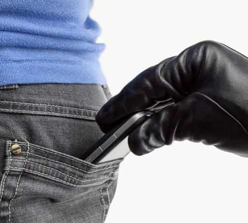 Nguy cơ bị đánh cắp điện thoại luôn rình rập xung quanh chúng ta. Ảnh: ThinkStock.
