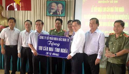 Đoàn công tác trao tặng món quà 100 căn nhà tình nghĩa (trị giá 6 tỷ đồng) cho huyện Củ Chi