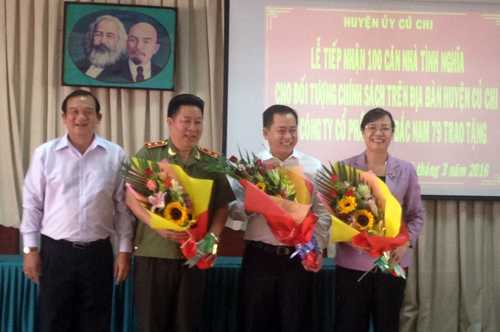 Trung tướng Bùi Văn Thành và đại diện nhà tài trợ- Công ty Cổ phần Nova Bắc Nam 79 nhận hoa thay cho lời cảm ơn sâu sắc của nhân dân Củ Chi