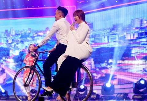 Hari Won biểu diễn.