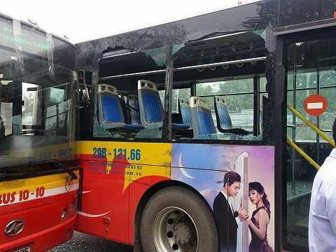 Hiện trường 2 chiếc xe buýt tông vào nhau - Ảnh: Nguyễn Kiều Dương