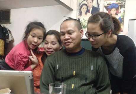 Chị Trang (thứ 2 từ trái sang) cùng gia đình cập nhật tin tức về sự việc. Ảnh: Mỹ Hằng.