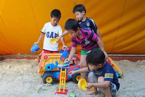 Thành công của trẻ: Cha mẹ nên để con tự do vui chơi với bạn bè (Ảnh: Internet)