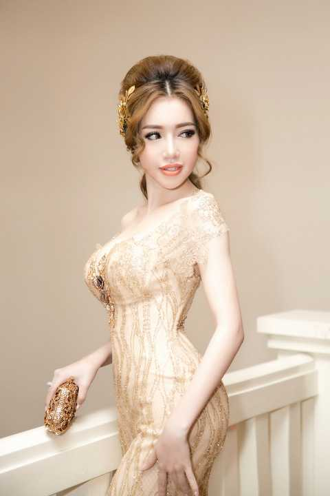Bộ váy dạ hội đuôi cá của nhà thiết kế Phạm Đặng Anh Thư giúp người đẹp khoe trọn thân hình đồng hồ cát với những đường cong quyến rũ khó rời mắt.