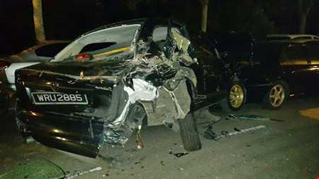 Xe ô tô bị phá hủy ngoài sân vận động