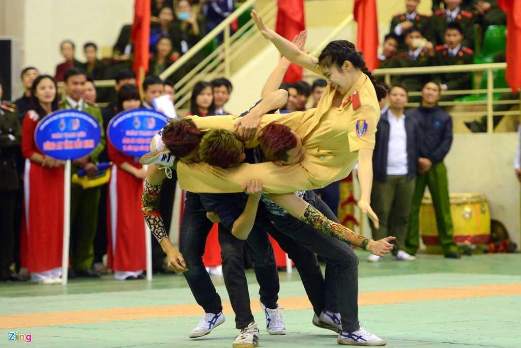 Nữ chiến sĩ Lương Thị Hoài Thương (trường Cao đẳng cảnh sát nhân dân 1) tham gia thi nội dung võ ứng dụng của CAND với màn trình diễn ấn tượng  (Ảnh: Zing)