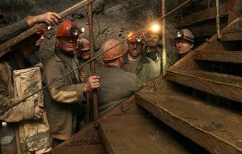 Công nhân hầm mỏ. Đã có rất nhiều vụ sập hầm mỏ dẫn đến cái chết của nhiều công nhân đang làm việc. Không dừng lại ở đó, công việc này luôn phải đối mặt với cường độ hoạt động cao cũng như làm việc trong môi trường thiếu không khí, tối tăm.