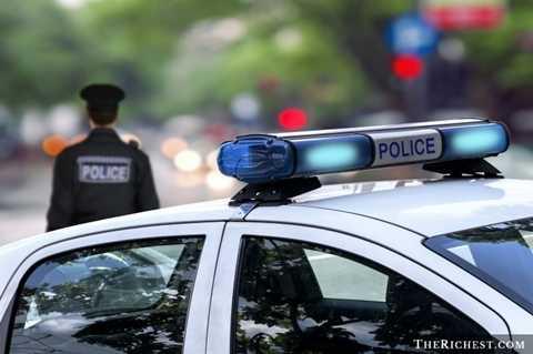 Cảnh sát. Đâu là lực lượng gìn giữ an ninh của một thành phố? Đâu là những người phải ra tay trấn áp tội phạm? Và đó chính là những điều khiến cho nghề cảnh sát là một nghề nguy hiểm
