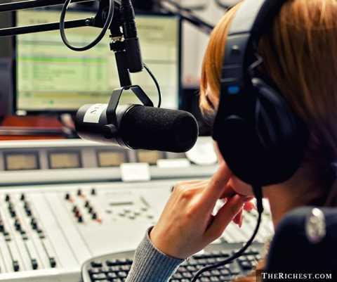 Phát thanh viên. Tưởng chừng là một nghề không quá stress khi người làm sẽ không cần xuất hiện trước công chúng nhưng thực tế nghề phát thanh viên thực sự khiến người làm phải làm việc liên tục, thu âm liên tục và phải tìm tòi để có những bản tin hấp dẫn
