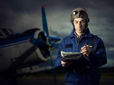 Phi công máy bay. Vào bất kỳ thời điểm nào, nghề phi công luôn nằm trong top những nghề nghiệp căng thẳng và stress nhất bởi lẽ họ chỉ cần một sai lầm nhỏ thôi cũng dẫn đến sự