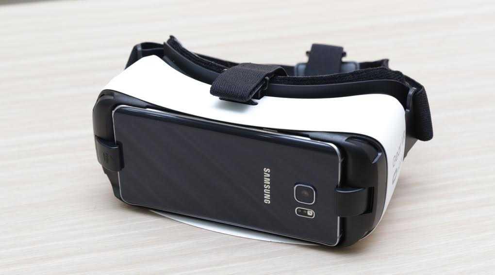 Kính thực tế ảo Gear VR có giá 2.190.000 đồng và được tặng thêm phiếu mua hàng 800.000 đồng khi đặt trước tại Thế Giới Di Động. Hotline 18001060