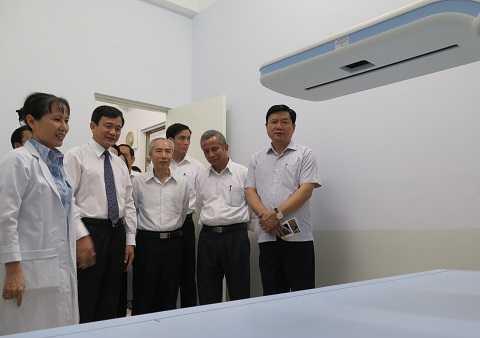 Bí thư Đinh La Thăng cùng đoàn đến thăm phòng thí nghiệm trường Đại học Tôn Đức Thắng, quận 7, TP.HCM. Ảnh: Thanh Niên