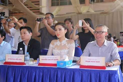 Chiếc áo dài ren xuyên thấu phần thân trên giúp Hoa hậu Việt Nam 2014 khoe được những đường cong đáng mơ ước.