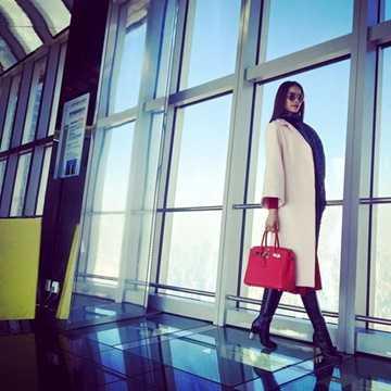 Phạm Hương liên tục gây chú ý khi hình ảnh của cô luôn gắn liền với những món hàng hiệu đắt giá. Bộ sưu tập hàng hiệu của Phạm Hương gồm chiếc túi xách Hermes Birkin màu đỏ nổi bật, với giá lên đến 21.500 USD (khoảng 473 triệu đồng).