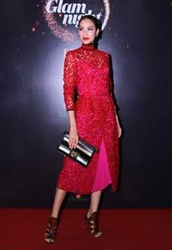 Trong một sự kiện, người đẹp Hải Phòng nổi bật trong bộ đầm đỏ rực, kết hợp sandal cá tính và túi cầm tay sành điệu. Cả ba sản phẩm đều thuộc nhà mốt Salvatore Ferragamo, tổng cộng trị giá hơn 220 triệu đồng. Trong đó, chiếc váy ren nữ tính có giá 5.000 USD (hơn 110 triệu đồng), trong khi túi và sandal đều được bán ở mức 2.500 USD.
