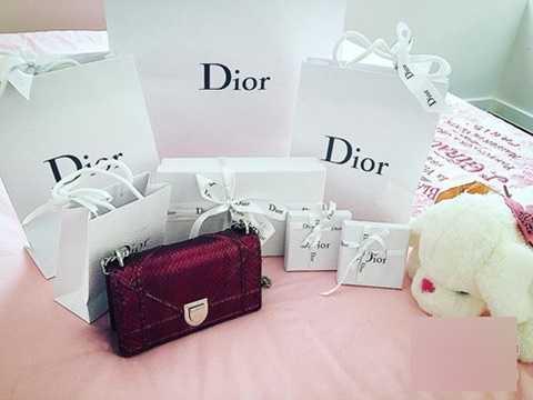 Người hâm mộ choáng ngợp với bộ sưu tập hàng hiệu Dior khủng của Phạm Hương.