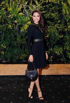 Túi xách mà Phạm Hương đang cầm thuộc bộ sưu tập xuân - hè 2015 của Dior, có giá khoảng 93 triệu đồng.