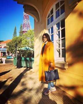 Cô nàng thường xuống phố với chiếc túi xách Diorissimo đình đám của thương hiệu Dior có giá lên tới 112 triệu đồng.