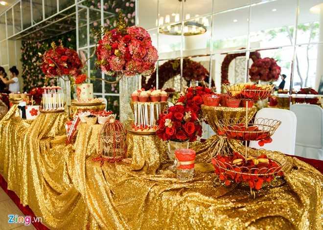Tiệc cưới của Nam Cường đượctrang trí theo phong cách phương Tây với gam màu đỏ vàng làm chủ đạo.