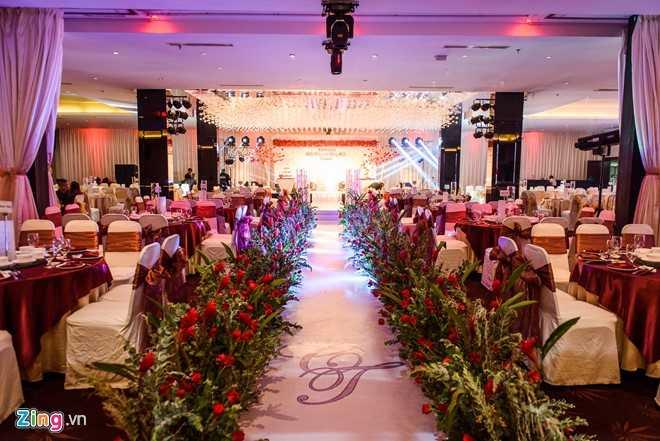Đường băng dành cho cô dâu chú rể được sắp đặt rất lãng mạn bởi hàng hoa rực rỡ.
