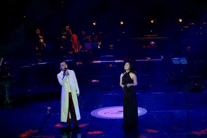 Cô cũng gây bất ngờ khi song ca tình tứ cùng Tấn Minh và Tùng Dương khiến cả khán phòng 'nổi da gà'.