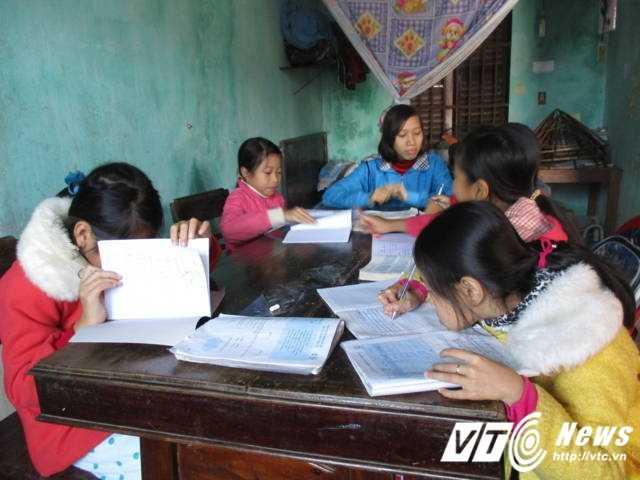 Lớp học thêm em Kiều mở tại nhà dạy cho những em nhỏ hàng xóm để có thêm thu nhập giúp đỡ mẹ.
