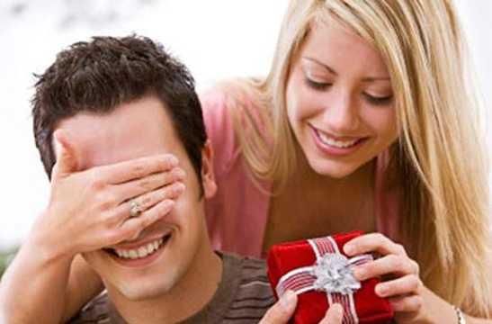 Bởi lẽ, trước đó, các cô gái thể hiện tình yêu của mình đối với các chàng trai vào ngày Valentine Đỏ (14/2) bằng cách tặng hoa, quà... cho nửa kia.
