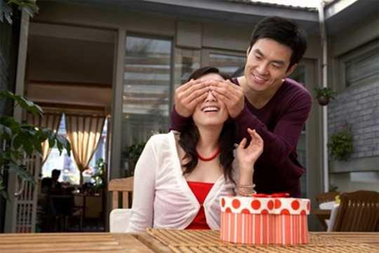 Theo đó, vào năm 1965, một chàng trai bán kẹo dẻo ở Nhật Bản muốn đáp lại tình cảm của cô gái thầm thương trộm nhớ mình - người đã tặng quà cho anh vào Valentine Đỏ (14/2).