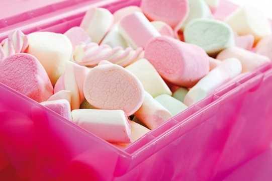 Do đó, chàng trai này đã làm một hộp kẹo thật lớn có màu trắng như tuyết để tặng bạn gái.