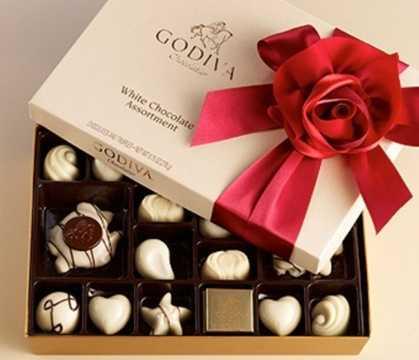 Trong ngày lễ tình nhân thứ 2 trong năm, các đôi uyên ương thường tặng nhau chocolate trắng như đúng tên gọi ngày Valentine Trắng. Thêm vào đó, các chàng trai còn tặng bạn gái các món quà khác như quần áo, trang sức, đồ ăn...