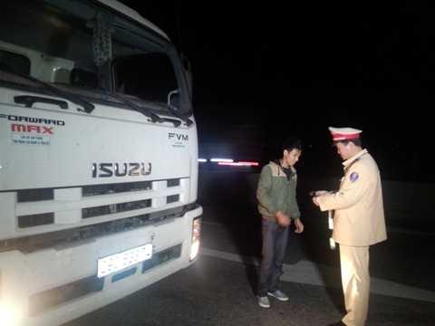 Lái xe tải BKS 29C-633.74 - Cao Xuân Hữu - ngay sau khi được CSGT Thanh Hóa nhắc nhở đã di chuyển xe đến vị trí an toàn. Ảnh: Đ.A