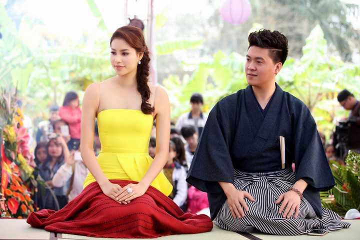 Diện bộ váy màu vàng rực rỡ, thanh lịch nhưng cũng không kém phần gợi cảm, Phạm Hương vẫn tươi tắn và hạnh phúc dự chương trình mặc cho thời tiết Hà Nội những ngày cuối xuân vẫn còn khá lạnh.