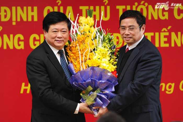 Ông Phạm Minh Chính, Ủy viên Bộ Chính trị, Bí thư Trung ương Đảng, Trưởng Ban Tổ chức Trung ương tặng hoa tân Tổng Giám đốc VOV - Ảnh: Tùng Đinh