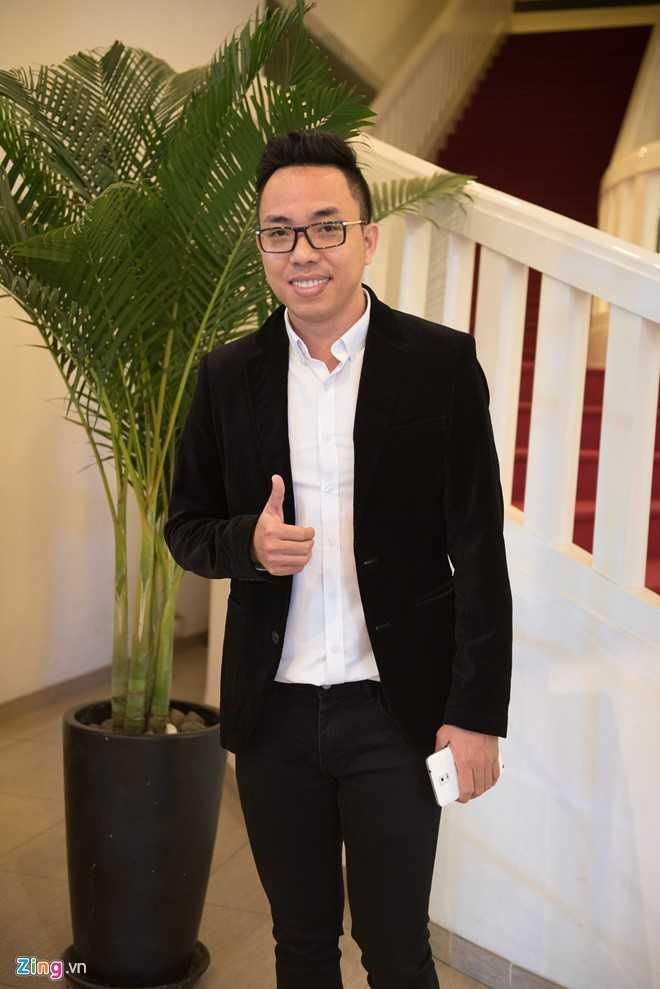 Nhạc sĩ Nguyễn Hồng Thuận ăn vận lịch sự một mình dự tiệc cưới của đồng nghiệp thân thiết.