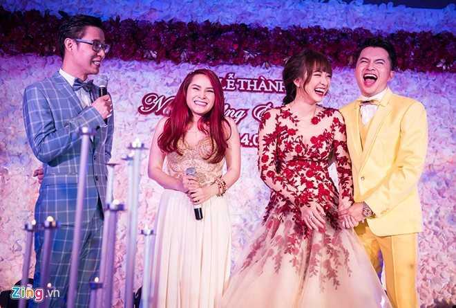 Anh Quân còn đảm nhận vai trò MC hôn lễ của Nam Cường. Trên sân khấu, giọng ca Khó và bà xã cười hết cỡ trước những câu chuyện hài hước của người dẫn chương trình.