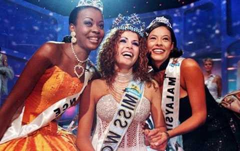 Linor Abargil trong phút đăng quang Hoa hậu thế giới.