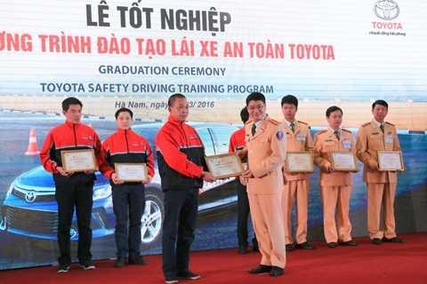 8 giảng viên nòng cốt của Toyota và Cục CSGT nhận chứng chỉ Khóa đào tạo lái xe an toàn theo tiêu chuẩn Toyota toàn cầu