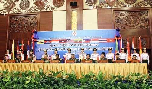 Tư lệnh quân đội các nước ASEAN ký tuyên bố chung - Ảnh: Hồng Pha