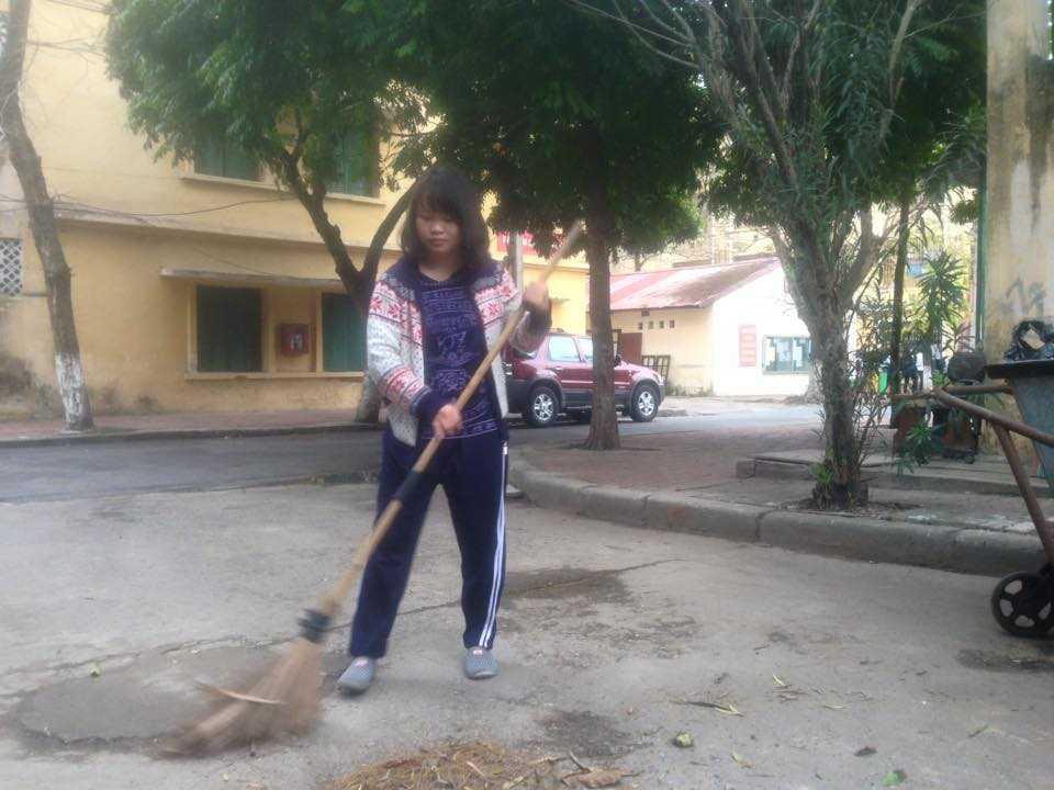 Sinh viên Đinh Thị Hà, quét rác kiếm thêm thu nhập