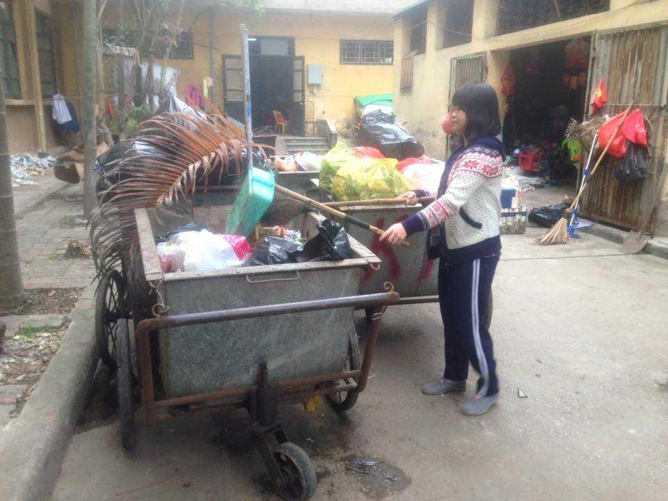 Em Đinh Thị Hà dọn rác trong trường học