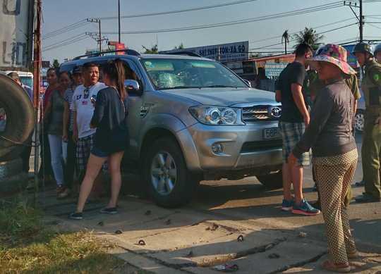 Nhóm người đi ô tô bên chiếc xe bị đập vỡ kiếng.