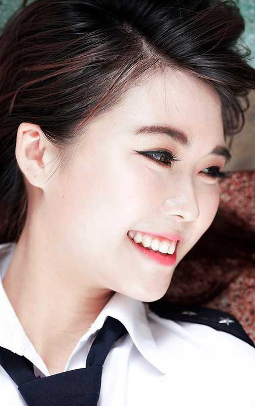 Cô bạn xinh đẹp này là Nguyễn Đặng Tường Linh, sinh năm 1994. Cô cũng đang theo học Quản trị kinh doanh, chuyên ngành Quản trị du lịch hàng không, Học viện Hàng Không Việt Nam.
