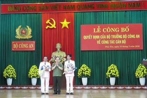 Buổi lễ công bố, trao quyết định điều động Thiếu tướng Nguyễn Bá Nhiên (trái) vàThiếu tướng Phan Văn Thanh (phải) thay đổi nơi công tác cho nhau.