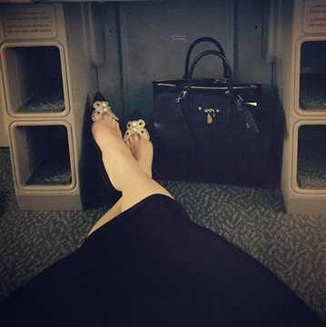 Chiếc túi xách được Hồ Ngọc Hà khoe khéo trong 1 bức ảnh là chiếc túi hiệu Louis Vuitton có giá 4.250$ (khoảng 93.5 triệu VNĐ)