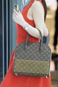 Angela Phương Trinh và chiếc túi LV có giá khoảng 8.000 USD (170 triệu đồng). Cô phối chiếc túi với đầm đỏ, đồng hồ gần 400 triệu và sử dụng điện thoại Vertu sang chảnh.