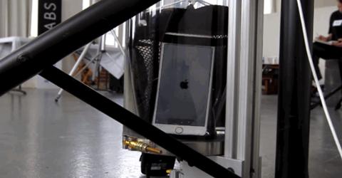 Trong khi đó, iPhone 6s Plus của Apple đã bị tắt nguồn sau 10 phút bị ngâm dưới nước.