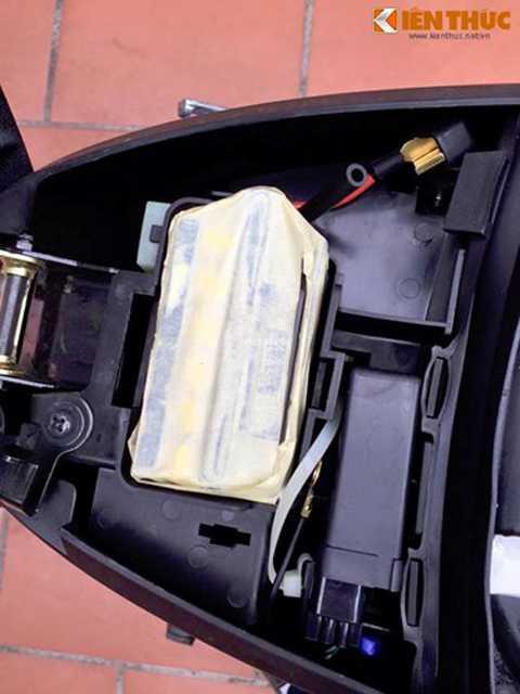 Là một mẫu xe underbone được sản xuất   từ cuối Thế kỷ 20, 125ZR không có khoang chứa đồ bên dưới yên giống các   mẫu xe sau này. Thay vào đó, bên dưới yên xe là vị trí đặt ắc quy, IC,   nắp bình xăng và nhớt pha của dòng xe 2 kỳ.