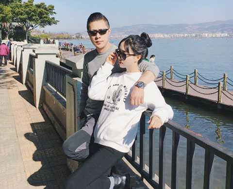 Bức ảnh cô gái 25 tuổi (Thành Đô, Trung Quốc) chụp cùng bố sinh năm 1969   đang gây xôn xao mạng xã hội Weibo. Nhiều người tưởng nhầm người đàn   ông đứng cạnh cô là bạn trai bởi ông bố rất trẻ trung, ăn mặc hiện đại.