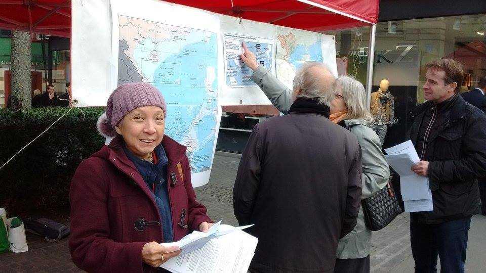 Cô Dung Moser thành viên Ban chấp hành Hội hữu nghị Thụy Sĩ – Việt Nam với xấp tờ rơi bằng 2 thứ tiếng Đức, Pháp phát cho mọi người đi qua quầy thông tin. Dẫu tuổi đã cao nhưng cô luôn có mặt và tham gia tổ chức tất cả các hoạt động phản đối hành động sai trái của Trung Quốc tại biển Đông ở các thành phố chính như Zurich, Bern, Geneve của Thụy Sĩ