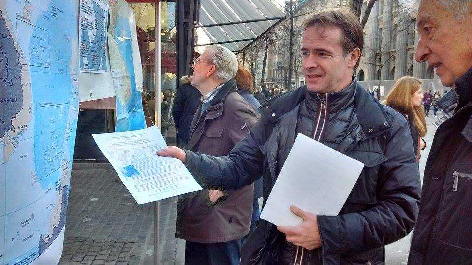Anh Beat Debrunner, người bạn của hội Việt nam tại Zurich nhiệt tình giải thích cho những người quan tâm về tình hình biển Đông và chủ quyền của Việt Nam